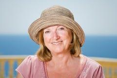Señora mayor feliz en el Sun Imagen de archivo