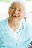 Señora mayor feliz en sillón de ruedas Foto de archivo