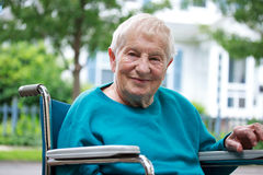 Señora mayor feliz en sillón de ruedas Imagenes de archivo