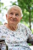 Señora mayor feliz en sillón de ruedas Fotografía de archivo