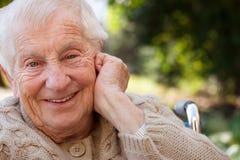 Señora mayor feliz en sillón de ruedas Fotos de archivo libres de regalías