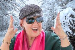 Señora mayor Happy como puede ser, listo para las vacaciones tropicales Fotos de archivo libres de regalías