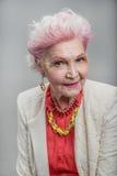 Señora mayor hermosa con la emisión de sonrisa amistosa Foto de archivo libre de regalías