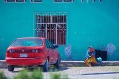 Señora mayor indígena nativa en vestido tradicional en calle colorida de la ciudad con el coche, en México, América imagen de archivo libre de regalías