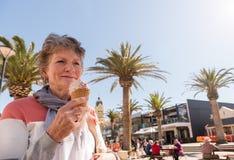 Señora mayor que come el helado fotos de archivo