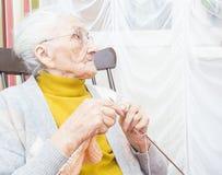 Señora mayor que hace punto Imagenes de archivo