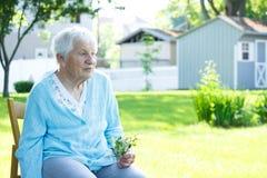 Señora mayor que se relaja afuera en día de resorte Imagen de archivo