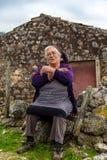 Señora mayor Siting Proud de su historia de vida foto de archivo libre de regalías