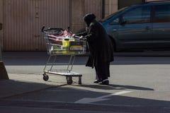 señora mayor turca musulmán del extranjero con el carro de la compra fotografía de archivo libre de regalías