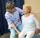 Señora mayor y terapeuta físico Fotos de archivo libres de regalías