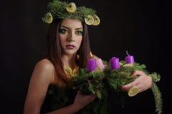 Señora modelo With Advent Wreath de la Navidad Imágenes de archivo libres de regalías