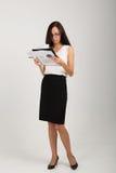 Señora morena del negocio con el tablero de clip de papel Imágenes de archivo libres de regalías