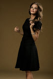 Señora morena joven en vestido negro Imágenes de archivo libres de regalías