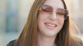 Señora morena magnífica divertida sonriente de la mujer almacen de metraje de vídeo