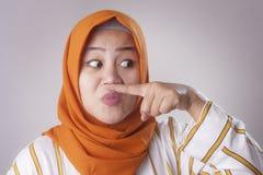 Señora musulmán asiática linda Close Her Nose fotografía de archivo