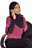 Señora musulmán con el teléfono celular Imagenes de archivo