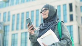 Señora musulmán inspirada que recibe el mensaje en el teléfono, consiguiendo nuevo trabajo, empleo metrajes