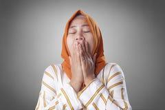 Señora musulmán soñolienta cansada Yawning imagen de archivo