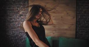 Señora muy hermosa con un baile blanco de los dientes del pelo largo y de la sonrisa atractiva feliz y carismático delante de almacen de metraje de vídeo