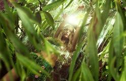 Señora Nature que disfruta de la salida del sol en selva Foto de archivo
