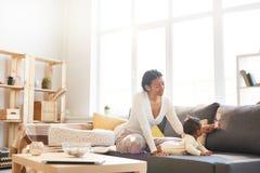 Señora negra en el permiso por maternidad foto de archivo libre de regalías