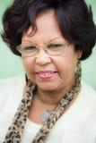 Señora negra mayor feliz con la sonrisa de las lentes Fotos de archivo