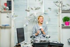 Señora o contable del negocio de la mujer debajo del paraguas girl financiero lleva a cabo un paquete de placer de los dólares Co fotografía de archivo
