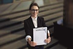 Señora o encargado del negocio que plan empresarial blanco Imagen de archivo libre de regalías