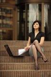 Señora ocupada del asunto con las piernas atractivas Foto de archivo libre de regalías