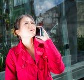 Señora oriental que usa el teléfono Foto de archivo