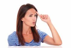 Señora pensativa que mira a su izquierda Imagen de archivo libre de regalías