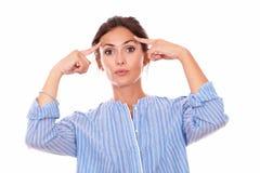 Señora pensativa que se pregunta mientras que le mira Imagenes de archivo