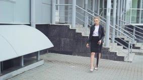 Señora With Phone y bolso del negocio metrajes