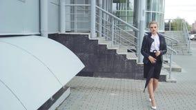 Señora With Phone y bolso del negocio almacen de metraje de vídeo