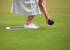 Señora Playing Lawn Bowls imagen de archivo