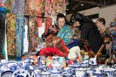 Señora popular con sus productos Imágenes de archivo libres de regalías