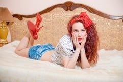 Señora principal bastante roja sorprendida con el pelo ondulado largo Imagenes de archivo