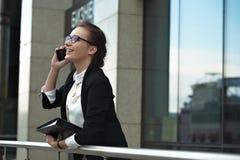 Señora profesional del encargado con el teléfono y los documentos Imágenes de archivo libres de regalías