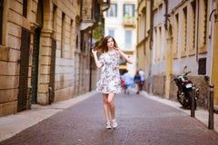 Señora que camina abajo de la calle antigua Fotografía de archivo