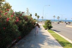 Señora que camina en Palma de Mallorca, España Fotos de archivo