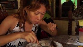 Señora que come el almuerzo en casa metrajes