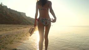 Señora que corre en la costa, lento-MES metrajes