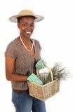 Señora que cultiva un huerto bastante africana imagen de archivo