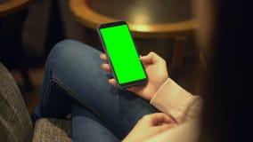 Señora que desbloquea la pantalla prekeyed del smartphone, lugar para el anuncio, tecnologías almacen de video