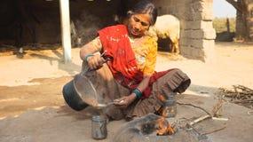 Señora que hace al indio Chai fotografía de archivo libre de regalías