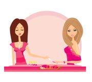 Señora que hace la manicura en salón de belleza Imagen de archivo libre de regalías