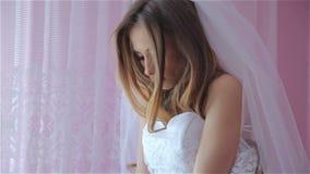 Señora que intenta en un vestido de boda almacen de video