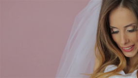 Señora que intenta en un vestido y una sonrisa de boda almacen de metraje de vídeo