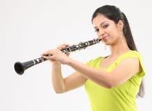 Señora que juega el clarinet Foto de archivo libre de regalías