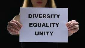 Señora que lleva a cabo la muestra de la unidad de la igualdad de la diversidad, luchando para las derechas sociales femeninas almacen de video